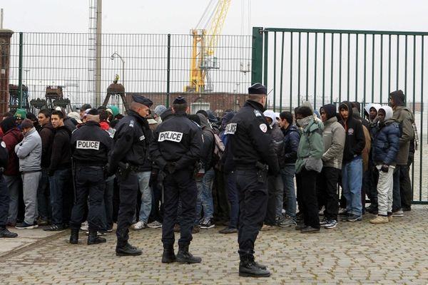 Policiers et migrants lors d'une distribution de repas le 28 février 2013