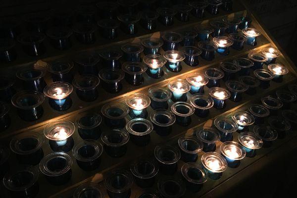 Solidaires de l'OM, les curés ont souhaité proposer des bougies bleues.