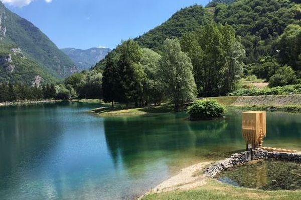 Le refuge, au bord du lac de Marlens, est l'oeuvre de deux architectes russes.