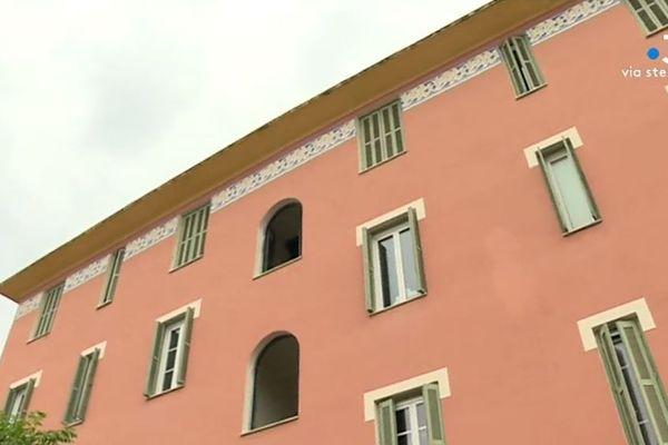 Le bâtiment sur lequel est peint ce décor à Ajaccio date des années 1930. Il était destiné à un public modeste.