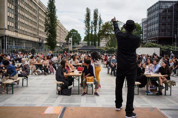 Un artiste devant l'Institut du Monde Arabe à Paris lors de l'édition de 2020.