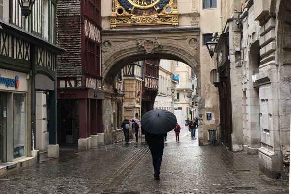Rouen : la rue du Gros-Horloge un jour de pluie