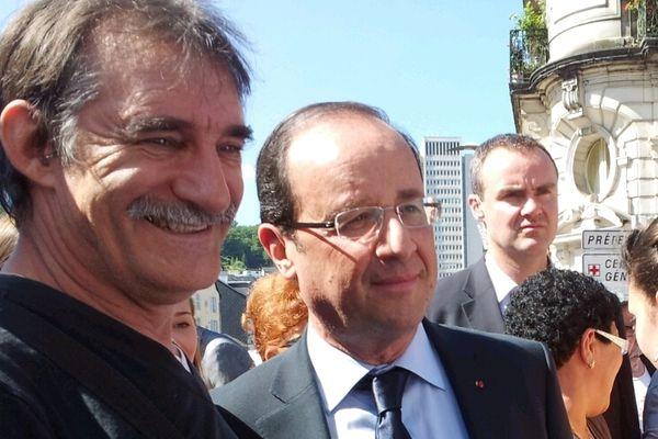 François Hollande se fait photographier au marché de Tulle.