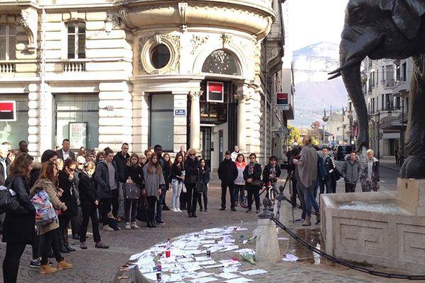 Une minute de silence à Chambéry, devant la fontaine des 4 sans cul