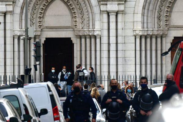 Les forces de l'ordre devant la cathédrale de Nice après l'attentat.