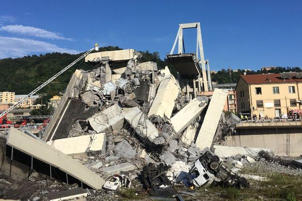 Les véhicules présents sur le pont ont été emportés 45 mètres plus bas.