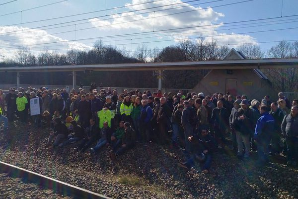 Les voies TGV bloqués par des salariés sarthois du groupe papetier Arjowiggins