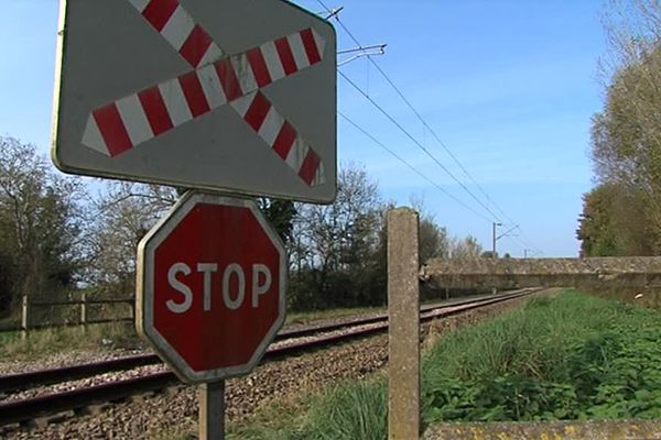 Le lieu du drame à Bonneville-en-Touques donne sur une impasse. Le passage à niveaux n'a ni barrières, ni signal clignotant.