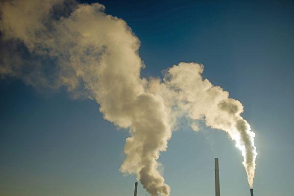 Fumée émise par une centrale biomasse, à Ulm, dans le Bade-Wurtenberg, en Allemagne.