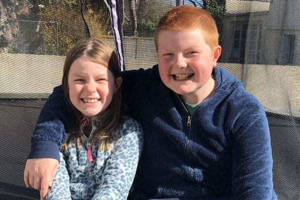 Les deux enfants ont repris les paroles de la chanson du groupe Sinsemilia pour faire passer leur message d'encouragement