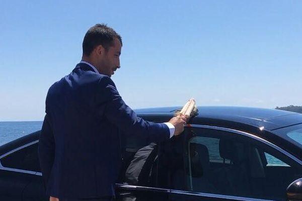 Stéphane, astique sa voiture avant de prendre son service