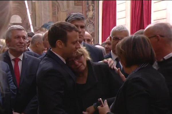 La mère de Tamara émue dans les bras d'Emmanuel Macron