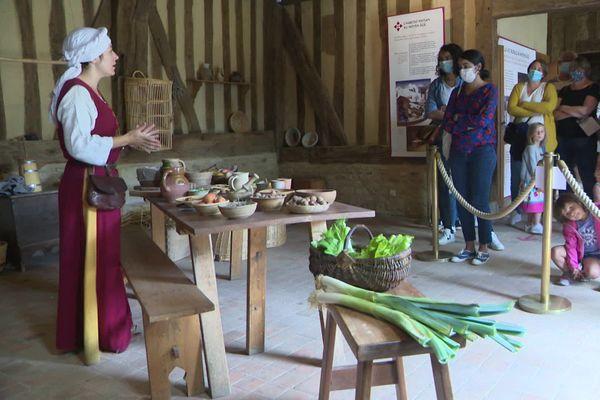 Atelier cuisine, à bonne distance, au château de Crèvecoeur en Auge