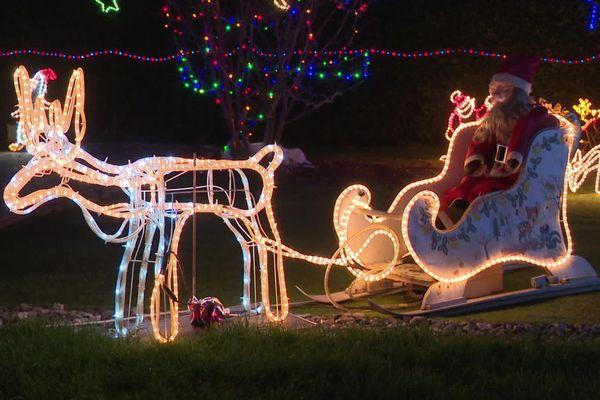 La passion des décorations de Noël illumine les villes et les villages