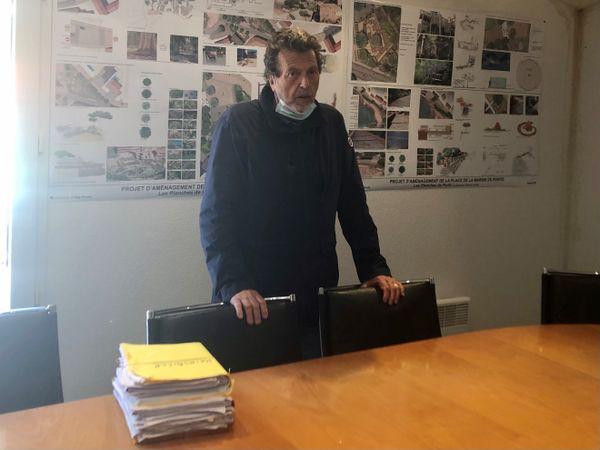 Pierre-Paul De Pianelli, Maire d'Ota-Porto, montre le dossier où il conserve les documents liés à l'habitation des époux Keirsbilck.