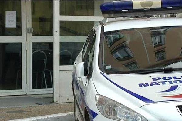 ILLUSTRATION - Une voiture de police devant l'entrée du commissariat d'Ajaccio (Corse-du-Sud)