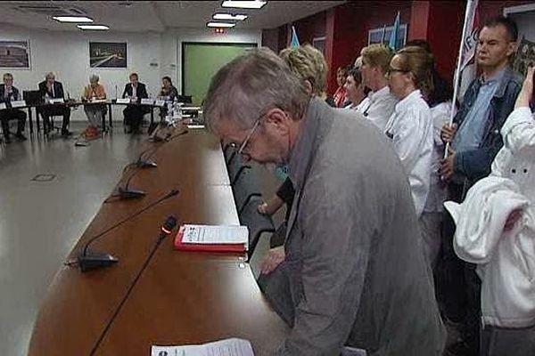 Conseil de surveillance du CHU de Caen envahi par une délégation de salariés et de délégués syndicaux, le 27 juin 2014