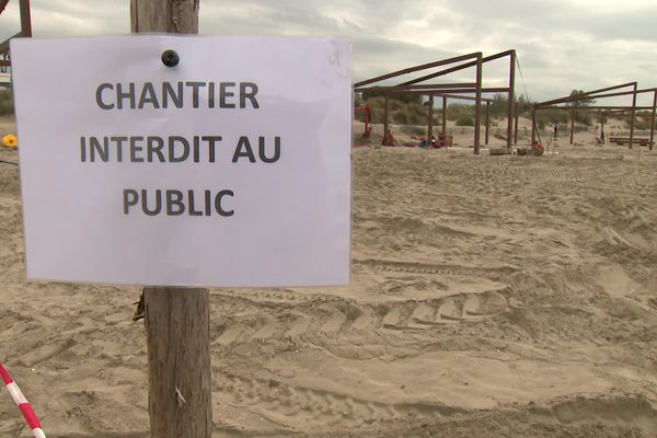 Il faut 3 à 4 semaines pour construire une paillote de plage aux normes - avril 2021.