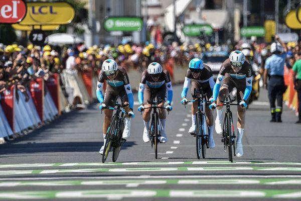 Les coureurs de l'équipe française AG2R La Mondiale franchissent la ligne d'arrivée de la 3e étape du Tour de France 2018, un contre-la-montre par équipe de 35,5 km autour de Cholet, le 9 juillet.