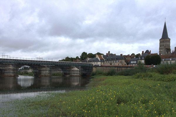 Des travaux de rénovation du pont de pierre de La Charité-sur-Loire, dans la Nièvre, sont en cours depuis plusieurs mois.