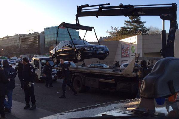 Les derniers taxis sont enlevés, porte Maillot, à Paris, le 29 janvier 2016.