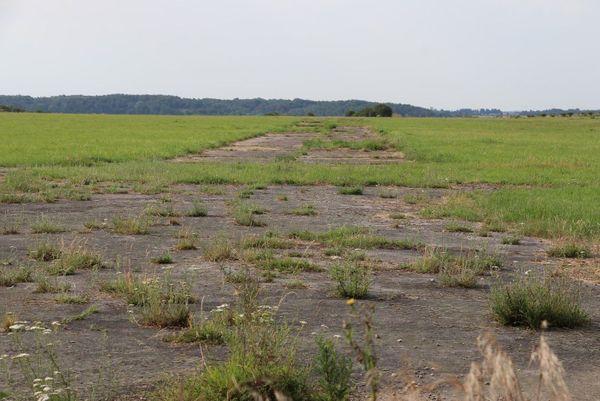 Une ancienne piste de l'aérodrome de Saint-Omer / Wizernes, situé sur le plateau des Bruyères.