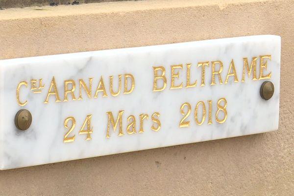 La pose d'une plaque commémorative à la mémoire du Colonel Arnaud Beltrame sur le monument aux morts de Fontaine-le-Comte créé une polémique.