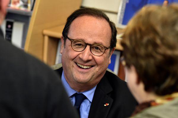 """François Hollande en tournée dans les librairies pour son livre """"Les leçons du pouvoir"""". L'ancien président de la République est passé par Clermont-Ferrand et Aurillac."""