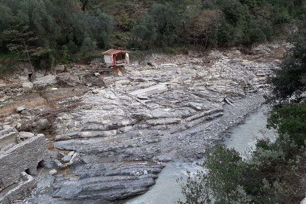 Une partie de cette maison située dans le hameau de Piene basse (Breil-sur-Roya, Alpes-Maritimes) a été emportée par la Roya lors de la tempête Alex le 2 octobre 2020. Elle est aujourd'hui suspendue dans le vide.