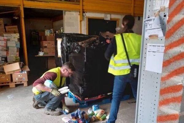 Les bénévoles à pied d'oeuvre pour ranger l'entrepôt des Restos du Cœur à Mondeville.