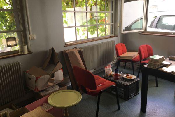 Des cartons, des chaises non-installées... et de la vigne. L'une des arrière-salles de la librairie-boutique solidaire attend son affectation.