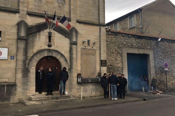 A Châlons-en-Champagne, plusieurs surveillants bloquaient l'entrée de la prison ce mercredi matin.