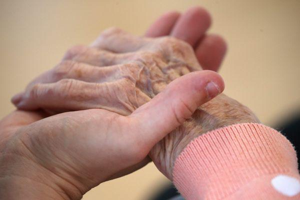 Faute de structures ouvertes et d'aide des proches durant le confinement, les aidants des malades d'Alzheimer, ont vécu deux mois absolument éprouvants. Ils en ressortent épuisés et souhaitent plus de places dans les structures adaptées