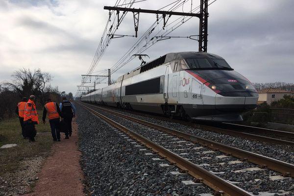 TGV à l'arrêt en gare de Baillargues dans l'Hérault - Illustration