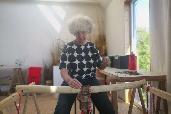 Dans son atelier dans les Côtes d'Armor, Sibylle Besançon travaille la ronce sur son métier à tisser