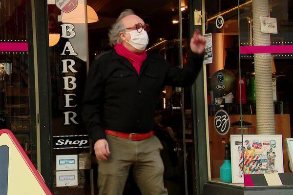 Dans la vidéo, Bruno, coiffeur à Pont-de-l'Arche, montre ses plus beaux pas de danse.