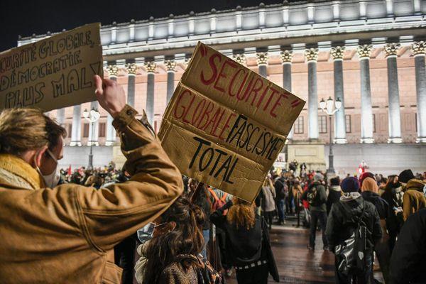 Lyon 5e Arrondissement 24/11/2020 - Rassemblement contre loi sécurité globale : un à plusieurs milliers de manifestants rassemblés à Lyon contre la loi sur la sécurité globale, en particulier pour s'opposer à l'article 24, portant sur la diffusion des images des forces de l'ordre.