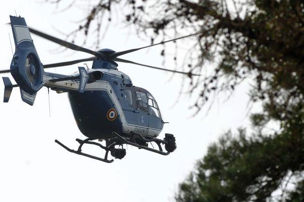 Ayant fait une chute dans un endroit escarpé, l'octogénaire a dû être hélitreuillé par l'hélicoptère de la gendarmerie d'Egletons. Légèrement blessé à l'épaule, il a été évacué vers l'hôpital de Mauriac pour subir des  examens de contrôle.
