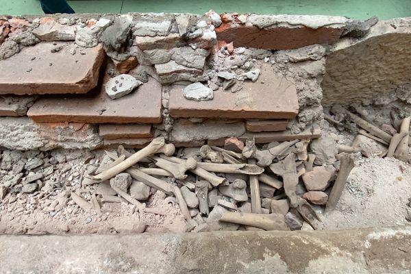 L'intérieur du sarcophage ouvert ce jeudi dans les ateliers de restauration de la ville de Toulouse