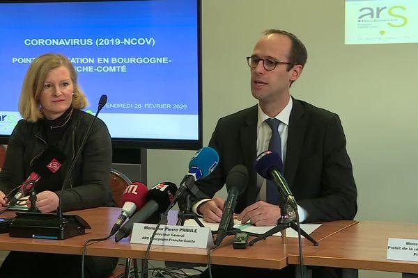 Pierre Pribile, directeur général de l'ARS Bourgogne-Franche-Comté et Nadiège Baille, directrice générale du CHU Dijon-Bourgogne, lors de la conférence de presse à Dijon ce vendredi 28 février 2020.