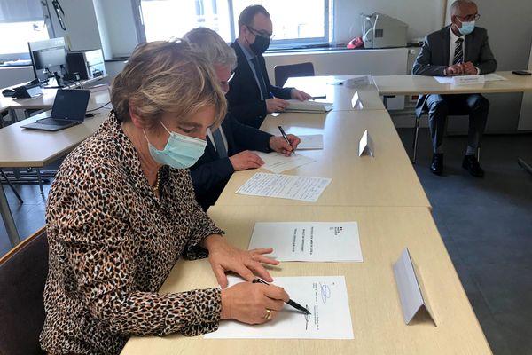 La signature du protocole bracelet anti-rapprochement au tribunal judiciaire.