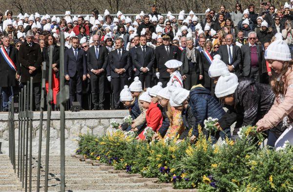 500 écoliers de Haute-Savoie ont déposé des fleurs sur les 105 tombes des Résistants inhumés à la Nécropole nationale de Morette.