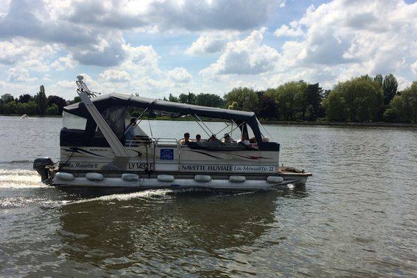 Depuis 1963 c'est le quatrième bateau à remplir cette mission de traverser les deux rives du lac d'Allier