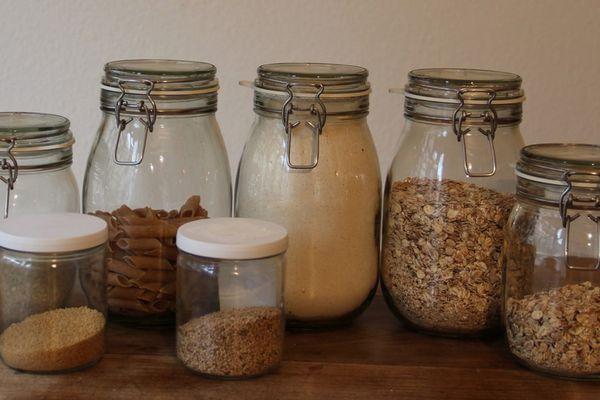 Acheter des sacs à vrac ou des bocaux afin d'acheter ses aliments sans utiliser de plastique est l'une des premières astuces à mettre en place lorsque l'on veut se mettre au zéro déchet.