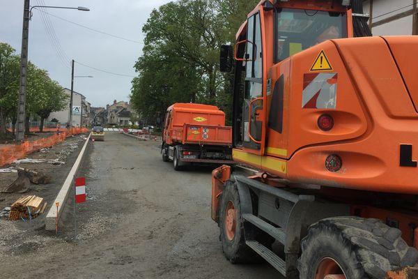A Dun-le-Palestel, le bruit des pelleteuses et des bétonnières se fait à nouveau entendre sur le chantier du Champ de foire. A la grande satisfaction du maire Laurent Daulny.