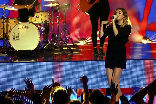 Louane sur la scène des NRJ Music Awards à Cannes, le 04 novembre 2017.