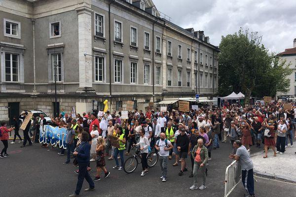 Au moins 1.500 manifestants ce samedi 24 juillet à Pau contre le pass sanitaire et l'obligation vaccinale.