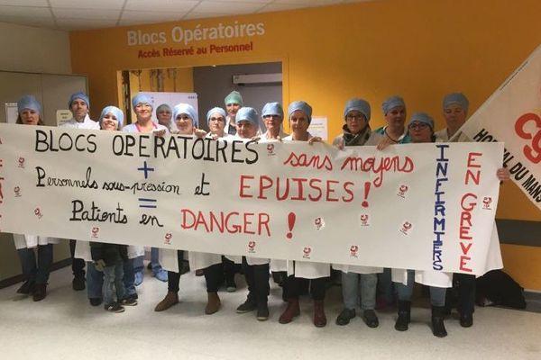Les infirmières en grève ce matin devant les blocs opératoires du centre hospitalier du Mans.