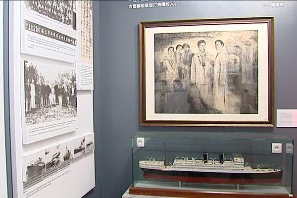 Photos, documents et objets sont présentés sur les quatre niveaux du musée