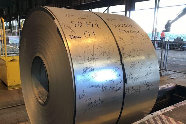 La première bobine d'acier issue de la nouvelle ligne de galvanisation Galsa 2, a été signée par l'ensemble des sidérurgistes qui ont participé à sa production.